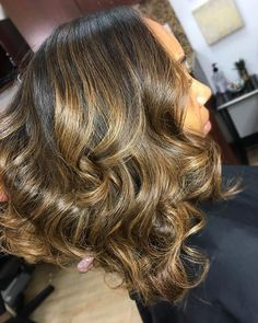 Black Women Hair 1631 - You are in the right place about Makeup green Here we offer you the most beautiful pictures about - Lucy Hale, Pelo Color Caramelo, Wig Hairstyles, Pretty Hairstyles, Curly Hair Styles, Natural Hair Styles, Twisted Hair, Blond, Corte Y Color