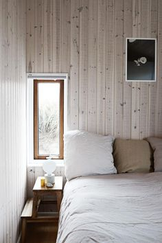 A blonde timber cabin on the Danish coastline Cabin Design, Bed Design, House Design, Design Bedroom, Country Style Magazine, Home Interior, Interior Design, Timber Cabin, Modern Townhouse