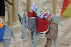 Burro cargado de regalos de papiroflexia | Origami donkey with gifts in a Nativity scene Origami Nativity, Origami Animals, Christmas Nativity, Origami Paper, Quilling, Crafts For Kids, Christmas Decorations, Miniatures, Paper Crafts