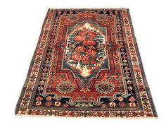 Welkom bij passie d'Orient:  In de aanbieding een Bakhtiar tapijt: De Bakhtiar behoren tot de meest populaire van de Perzische tapijten gemaakt door nomaden. Ze zijn versierd met mooie motieven geïnspireerd door de omgeving van de nomaden en bestaan in verschillende kleuren en patronen. De wol is een van de beste Iran omdat het gebied ligt van de hoogte, waarop de wol meer vettig en glanzend maakt. Deze fijne tapijten zijn vaak collector's items onder de Perzische tapijten.  Fabricage…