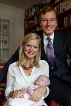 The Princess Maria Carolina of Bourbon-Parma, Marchioness of Sala, daughter of the late Duke of Parma and Princess Irene of the Netherlands, and her husband Albert Brenninkmeijer presented their daughter Maria Alaïa born on May 20 in Zurich. Parma, Spanish Royalty, Dutch Royalty, Royal Brides, Royal Weddings, Bourbon, Elizabeth Ii, Royal Dutch, Dutch Princess