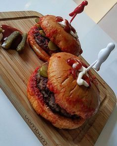 Bu nasıl lezzetli bir ıslak Hamburger oldu böyle canım arkadaşım Buketimin @huzurlu_mutfak❤ sayfasında görmüştüm ve denedim☝ sizlere şiddetle tavsiye ediyorum kii deneyin tarif arkadaşımın sayfasında mevcut @huzurlu_mutfak bende tarifi daha sonra buraya ekleyeceğim inşallah iyi akşamlar arkadaşlar geldim tarife artık buyrun ✔4 hamburger ekmeği KÖFTESİ ✔350 gr.kıyma (köftelik yoksa yemeklik kullanabilirsiniz✔1 yumurta ✔ ✔4_5 dal doğranmış maydanoz ✔2 yemek k...
