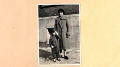 Edgar Feuchtwanger junto a su niñera, en una foto a fines de los años 20