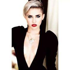 I'm not a big fan of her.. but I have to admit she is beautiful! Love her makeup.
