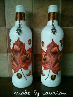 Mooie herfst flessen bewerkt met verf en een servet.