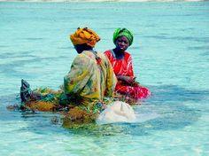 Mujeres locales en playa del sur de la isla