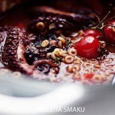 Gulasz z ośmiornicy z pomidorami, czerwonym winem i makaronem. Doprawiony papryką, chili i cynamonem. To greckie danie - tak proste do zrobienia i takie pyszne! Mięso ośmiornicy rozpływa się w ustach, jest chyba jeszcze lepsze niż ugotowane w garnku. Wywar z gotowanej ośmiornicy tworzy razem z winem i pomidorami pyszny sos. Wszystko gotujemy w jednym garnku - minimum użytych naczyń i mało sprzątania w kuchni :-)