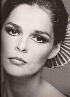 Ali Macgraw via Francesco Scavullo. She's wearing a fan hair accessory. Hollywood Glamour, Hollywood Stars, Classic Hollywood, Old Hollywood, Francesco Scavullo, Timeless Beauty, Classic Beauty, Grace Beauty, Divas