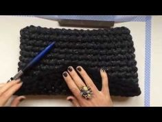 Aprende a tejer un Clutch de trapillo con solapa. Crochet Clutch, Crochet Handbags, Crochet Purses, Crochet Diy, Love Crochet, Learn To Crochet, Cotton Cord, Yarn Bag, Diy Handbag