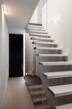 Image 3 of 32 from gallery of Wooden House CM / Bruno Vanbesien + Christophe Meersman. Photograph by Tim Van de Velde Interior Staircase, Staircase Design, Interior Architecture, Installation Architecture, Interior Design, Wooden House Design, Stair Handrail, Cantilever Stairs, Floating Staircase