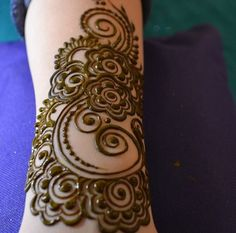 The beauty of a woman's hands is incomplete without Mehndi designs on occasions like wedding. Are you looking for some latest Mehndi designs of You are on right page! Here are beautiful Mehndi designs for you. Mehndi Tattoo, Tatoo Hindu, Mehandi Henna, Jagua Henna, Henna Tattoo Designs, Henna Tattoos, Paisley Tattoos, Art Tattoos, Tatoos