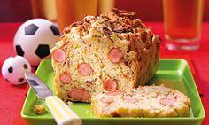 Ein pikanter Kuchen mit eingelegten Gurken und Mini-Würstchen