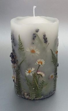 Botanical candle with Lavender and Daisies. Handmade Candles, Diy Candles, Pillar Candles, Hurricane Candle, Candle Art, Candels, Diy Candle Ideas, Candle Decorations, Decorative Candles