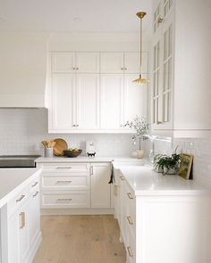 Fall weekends were made for cooking and baking. but raise your hand if you're on team clean kitchen this weekend and have take out on the agenda instead? This serene scene from in our feed is begging to be left alon Kitchen Room Design, Home Decor Kitchen, Kitchen Interior, Home Kitchens, White Farmhouse Kitchens, Interior Livingroom, All White Kitchen, New Kitchen, White Kitchen Flooring