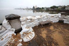 La Punta San Sebastián, la de menor cota de las siete puntas tradicionales de la costanera que rodea la ciudad exhibe la construcción de una muralla de bolsas de arena cómo defensa ante la creciente del Río Paraná.