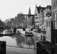 1956. Oudezijds Voorburgwal in Amsterdam with the Oudekerkstoren in the background. Photo ANP / JZR. #amsterdam #1956