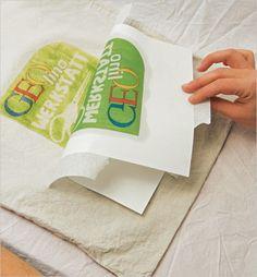 Zieht die Vorlage vorsichtig ab. Um die Farbe zu fixieren, bügelt ihr das Ganze für ein paar Minuten mit der heißesten Stufe des Bügeleisens. Legt dabei etwas Backpapier zwischen Stoff und Bügeleisen
