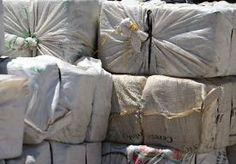 5-Jan-2014 20:41 - POLITIE STUIT OP 275 KILO COCAÏNE. De douane en politie hebben op een haventerrein in Rotterdam een flinke cocaïnevondst gedaan. Ze betrapten in de nacht van zaterdag op zondag vier mannen met vijf tassen met zeker 125 kilo cocaïne. In een zeecontainer op hetzelfde terrein met daarin wijn uit Chili vonden de dienders nog eens vijf tassen met tenminste 150 kilo cocaïne, laat het Openbaar Ministerie weten.