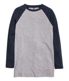 Check this out! Langærmet baseballtrøje i bomuldsblandet jersey. Trøjen har kontrastfarvede raglanærmer. – Gå ind på hm.com for at se mere.