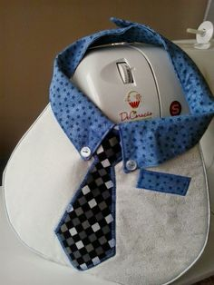 DeCoração - Márcia Reis Patchwork: Bib for a boy Sewing To Sell, Sewing For Kids, Baby Sewing, Sewing Ideas, Bib Pattern, Baby Boy Quilts, Bandana Bib, Baby Kind, Little Babies