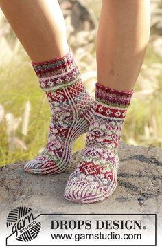 Stickade sockor med flerfärgat mönster i DROPS Fabel. Storlek 35 - 43 Gratis mönster från DROPS Design.