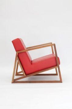 Poltrona Avante, madeira imbuia e couro, 70 x 67 x 60 cm, design Estúdio Cipó