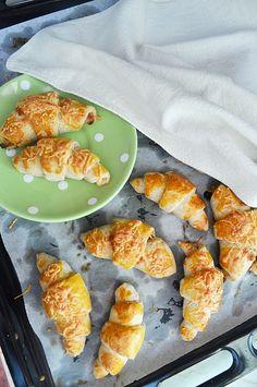 Sajtos-sonkás tejfölös kifli - teljes kiőrlésű Cheddar, Cake Recipes, Cooking, Ethnic Recipes, Food, Kitchen, Cheddar Cheese, Recipes For Cakes, Eten