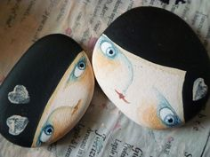 Quien tiene una piedra, tiene un tesoro. Pebble Painting, Pebble Art, Stone Painting, Painted Rocks Craft, Hand Painted Rocks, Painted Stones, Painted Pebbles, Stone Crafts, Rock Crafts