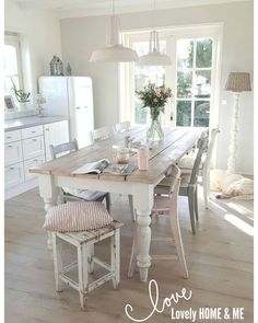 White and Wood Kitchen Table . White and Wood Kitchen Table . White Dining Room Ikea Dining Table and Chairs Cocina Shabby Chic, Shabby Chic Kitchen, Country Kitchen, Kitchen Decor, Kitchen Chairs, Small Kitchen Tables, Round Kitchen, Fixer Upper Kitchen, Trendy Home