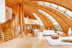 luxus-wohnzimmer-holz-inspiration-mit-Innentreppe-holz-und-kuppeldach