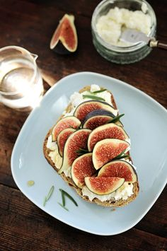 Sandwich with figs, ricotta cheese, honey, rosemary #summer #recipes