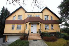 Luxusní rodinná vila s velkorysým obytným prostorem 620m2 a vnitřním bazénem v atraktivní obci Kolovraty, Praha 10.