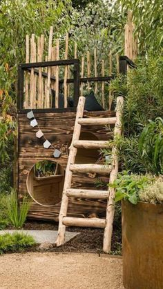de tofste DIY boomhut voor in je tuin – Kids fort or playhouse! Rustic with a… the coolest DIY tree house for your garden – Kids fort or playhouse! Rustic with a loft and ladder.