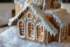 10 gode tips til å lage et flott pepperkakehus - Franciskas Vakre Verden Deck The Halls, Gingerbread Houses, Ginger Bread, Board, Inspiration, Cookie, Brown, Ideas, Biscuits