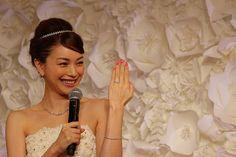 婚約会見!?ポーズも照れながら披露してくれた蛯原友里。 エンゲージメントリングは、「ティファニー ソレスト」というコレクション。 ブレスレットをネックレスは、大人気の「ビクトリアコレクション」です。 #tiffany #蛯原友里 #ティファニー #wedding #ウェディング