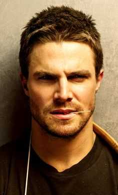 Arrow and The Flash . Stephen Amell as Oliver Queen Oliver Queen Arrow, Green Arrow, New Girl, Supergirl, Stephen Amell Arrow, Actrices Hollywood, Hommes Sexy, Attractive Men, Teenage Mutant Ninja Turtles