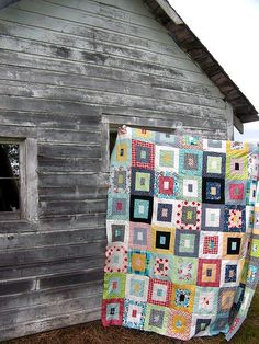 By Life on the Selvage Edge sandi: always fascinated by the colour/print play in these simple quilts Quilting Projects, Quilting Designs, Sewing Projects, Quilt Modernen, Scrappy Quilts, Amish Quilts, Barn Quilts, Square Quilt, Quilt Making