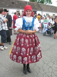 Probably the most overlooked kroj of Moravian Slovakia, which is sad since in my opinion it's the area's kroj that's the most close to Czech culture instead of Slovak culture. Beautiful Costumes, Ethnic Dress, European Countries, Folk Costume, Fashion Sewing, Kebaya, World Cultures, Beautiful Patterns, People Around The World