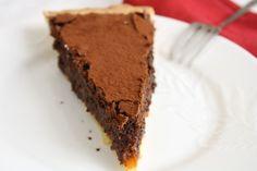 La golosa crostata al cioccolato, caramello salato e nocciole si prepara con facilità con questa ricetta spiegata passo passo.
