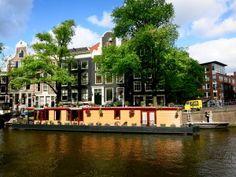 Amsterdam è una di quelle città dove tornerei, uno di quei posti dove ti viene voglia di spalancare gli occhi, che ti racconta storie antiche ma anche storie moderne: è una città attenta al rispetto dell'ambiente, è friendly dal gusto vintage, un posto super romantico che racconta di fiori e lo fa in sella ad una bici.