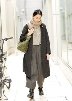 I have a pattern for these pants. I'm thinking of doing it, but under a looong tunic, lagenlook-style. Sarouel Pants, Magnolia Pearl, Advanced Style, Mori Girl, Yohji Yamamoto, Fashion Outfits, Womens Fashion, Pulls, What To Wear