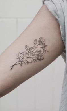 Kuvahaun tulos haulle flower tattoo arm #armtattoosdesigns #FlowerTattooDesigns