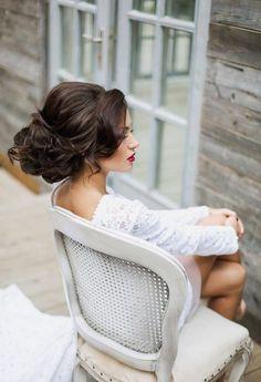 W sezonie ślubnym 2016/ 2017 panny młode postawią na klasyczne fryzury w nowoczesnym wydaniu. Będą to szykowne upięcia, intrygujące warkoczowe sploty ozdobione eleganckimi akcesoriami do włosów. Welon, woalka, czy kok nadal będą królować i choć nie są jakąś innowacją w świecie ślubnej mody to drobna wsuwka w kształcie motyla, cieniutki warkoczyk upięty z uchem, lub perłowe koraliki wplecione w kok nieco zmodyfikują klasyczną fryzurę ślubną, wprowadzając ją w zupełnie inny wymiar. Wierzymy…
