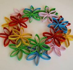 Jilliene Designing: Tutorial -Flower Wreath Made From Toilet Paper Rolls Toilet Paper Roll Art, Toilet Paper Roll Crafts, Cardboard Crafts, Flower Crafts, Flower Art, Paper Towel Roll Crafts, Paper Quilling Flowers, Toilet Paper Flowers, Flower Tutorial
