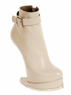 Alexander McQueen Fall 2012 shoes (7  woooooowwww love the horseshoe :)