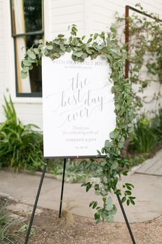 Janeane Marie Photography captured this shot of the welcome sign at Barr Mansion complete with greenery by Stems Floral! #heavenlydayevents #weddingcoordination #austinweddingcoordinator #barrmansion #jeananemariephotography #stemsfloral #detailshot #welcomesign #greenery