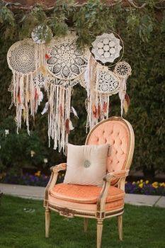 Deco rincón de fotos con atrapasueños . by Sundrop Vintage www.howtodiyweddding.com #boho DIY wedding app