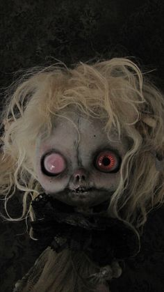 INTERMUNDIS, le blog officiel de Julien Martinez: 15 mars 2013 Scary Dolls, Horror Masks, Broken Doll, Haunted Dolls, Scary Art, Gothic Dolls, Goth Aesthetic, Voodoo Dolls, Shadow Puppets