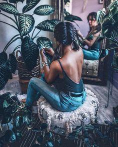 Όλος πλανήτης αυτή τη στιγμή βρίσκεται σε μια κατάσταση μόνιμης αναμονής. Δεν χρειάζεται να μένει και η ζωή σου! Αυτή την περίοδο οι εμφανίσεις μας εκτός σπιτιού είναι περιορισμένες, μπορούμε όμως να τις εκμεταλλευτούμε στο έπακρον, κάνοντας πειράματα με το ντύσιμό μας. #fashion #homefashion #womanfashion #home Creative Portrait Photography, Fashion Photography Poses, Fashion Photography Inspiration, Photoshoot Inspiration, Lady Photography, Photography Ideas At Home, Indoor Photography, Toddler Photography, Creative Photoshoot Ideas