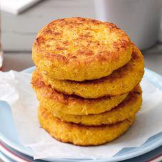 Die Bratlinge können einfach pur gegessen werden oder sie werden mit einigen Tomatenscheiben und Salatblättern zu vier leckeren Veggie-Burger.
